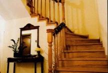 Phong thủy: Tránh cầu thang chạy thẳng ra cửa chính